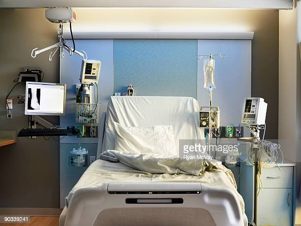 empty hospital bed - hospital ward stock pictures, royalty-free photos & images