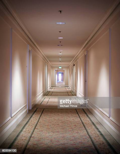 empty hotel hallway - couloir photos et images de collection