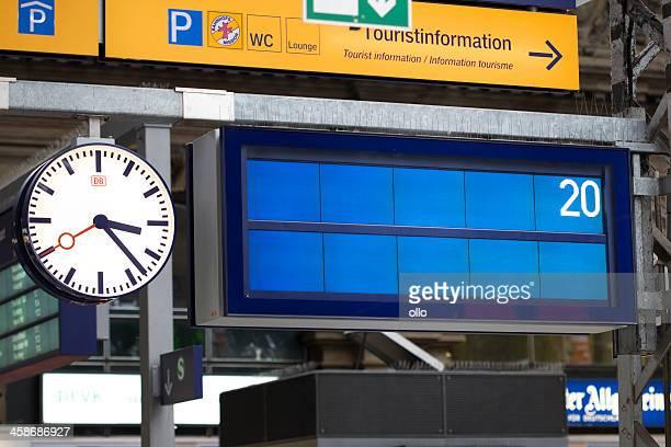 board leere informationen auf deutsch railroad station platform - anzeigetafel stock-fotos und bilder