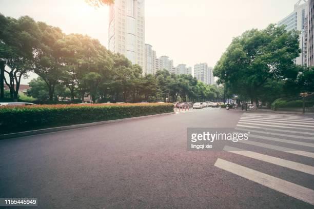 empty intersection of hangzhou city, china - avenida - fotografias e filmes do acervo