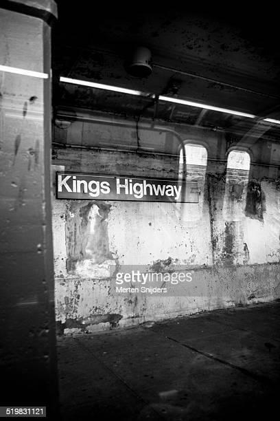 empty kings highway subway stop - merten snijders stockfoto's en -beelden