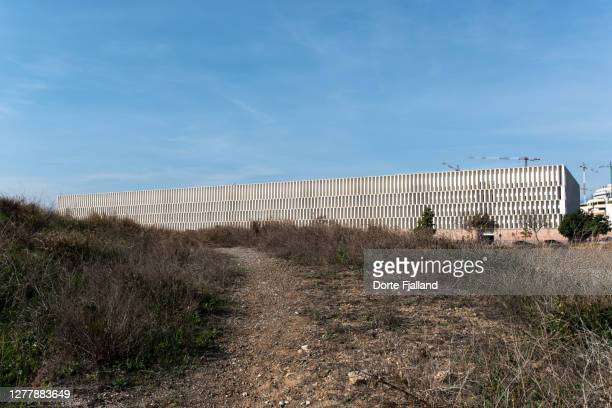 empty land with ciudad de la justicia and some cranes in the background - dorte fjalland stock pictures, royalty-free photos & images