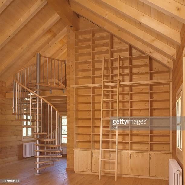 Leere Bibliothek und runde Treppe in neuer house