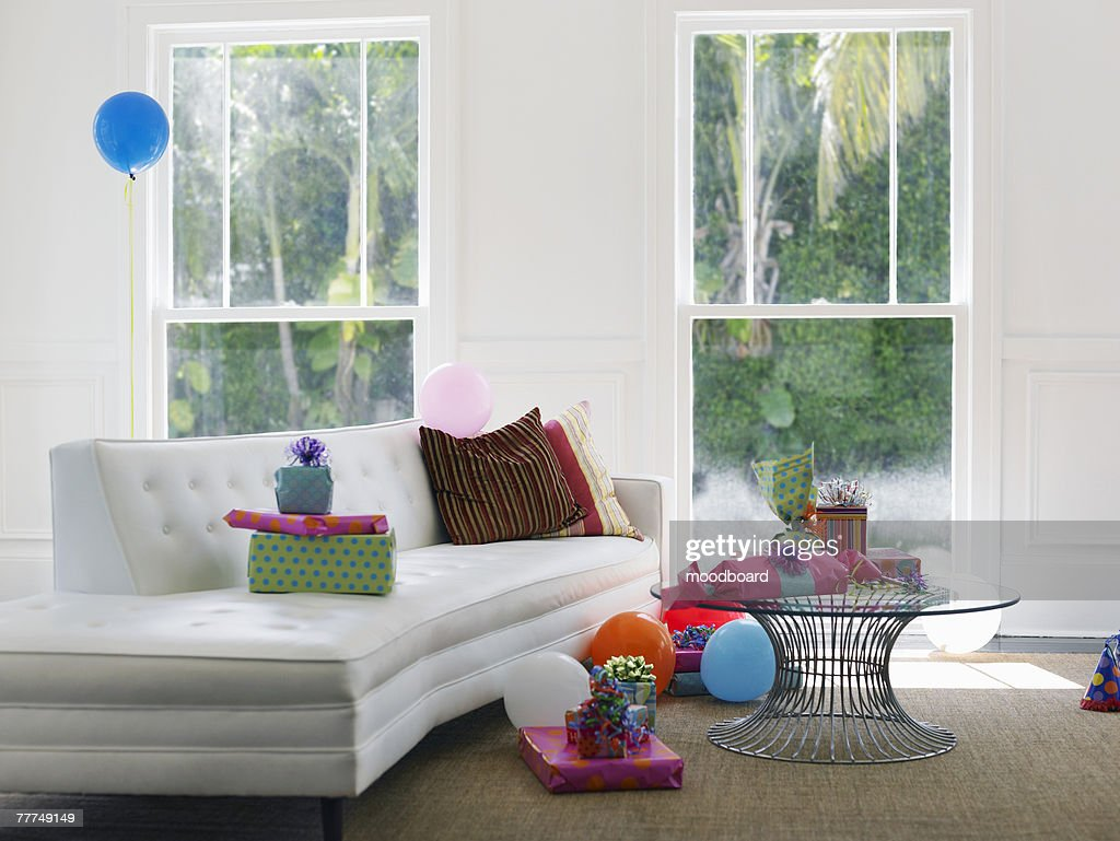 Empty Living Room With Birthday Decorations Stock Foto