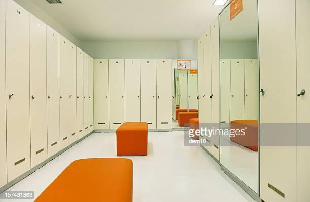 空っぽのロッカールームで