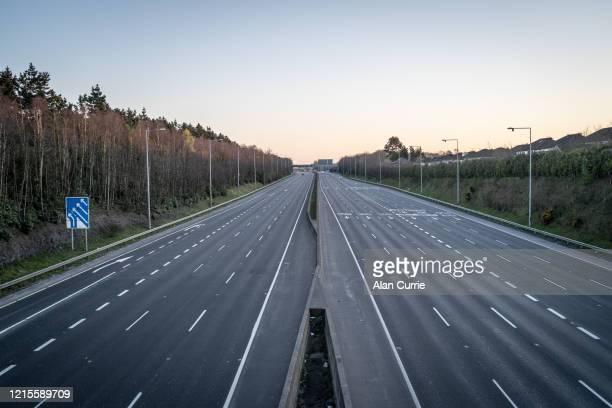 leere autobahn m50 während sperrung - freie straße stock-fotos und bilder
