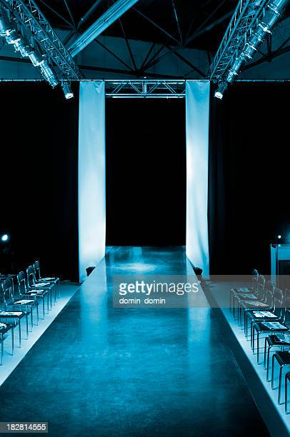 empty model catwalk - modeshow stockfoto's en -beelden
