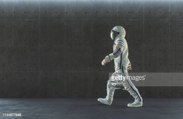 ウォーキング宇宙飛行士と空の近代的なコンクリートオフィス - 宇宙飛行士 ストックフォトと画像