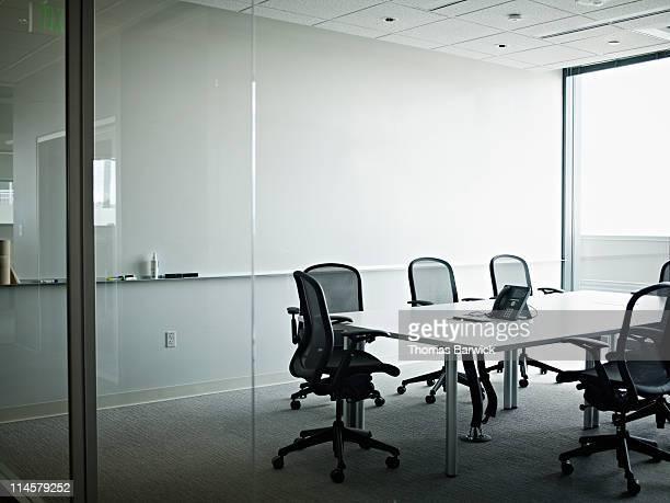 empty office conference room with phone on table - salle de réunion photos et images de collection