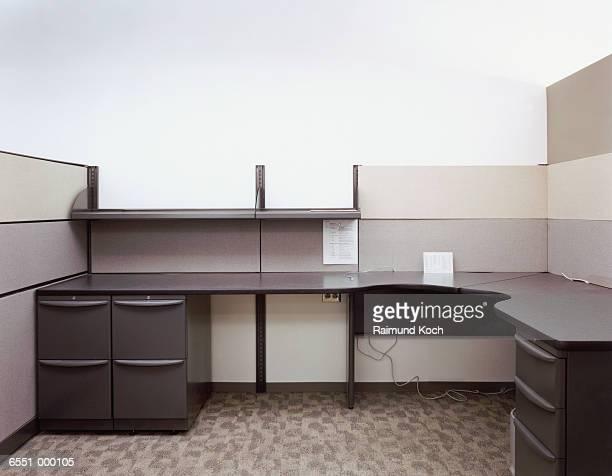 empty office cubicle - bureau ameublement photos et images de collection