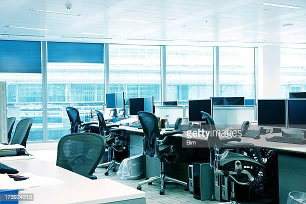 Leeres Büro Interieur mit Sesseln, Computer, Computer und blaue Fenster