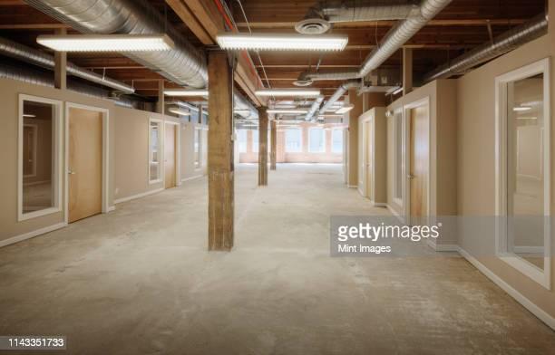 empty office space - 不在 ストックフォトと画像