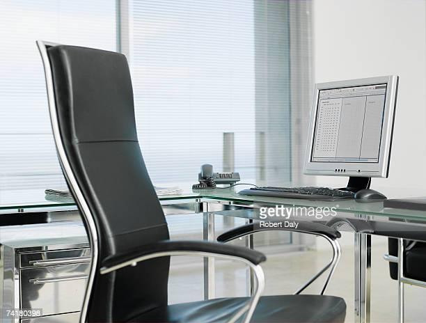 Vide bureau avec fauteuil et un ordinateur
