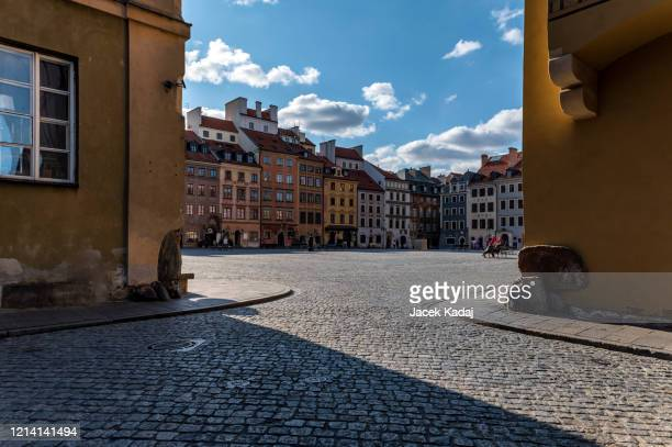 empty old town in warsaw - corona landmarks stock pictures, royalty-free photos & images