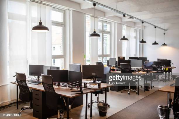 empty open plan office with multiple work stations - ninguém - fotografias e filmes do acervo