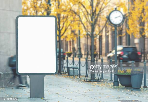 empty outdoor advertising banner on the street - pub photos et images de collection