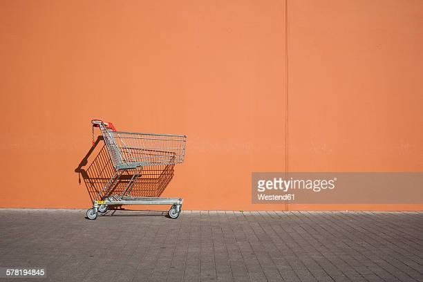 empty parked shopping cart - shopping trolley stock pictures, royalty-free photos & images