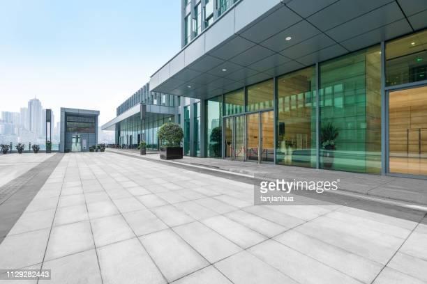 empty parking lot front of modern shopping center - front view photos et images de collection