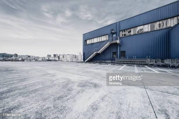 empty parking lot, outdoor warehouse - luoghi geografici foto e immagini stock