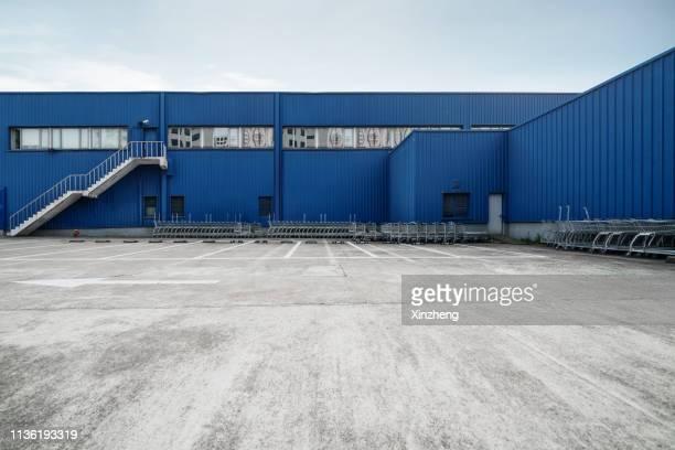 empty parking lot, outdoor warehouse - abwesenheit stock-fotos und bilder