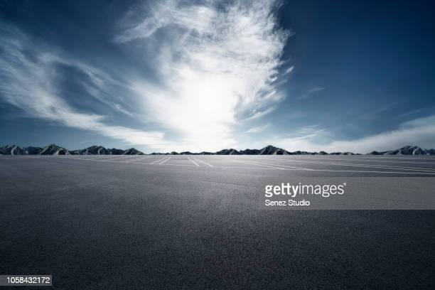 empty parking lot - asfalto foto e immagini stock
