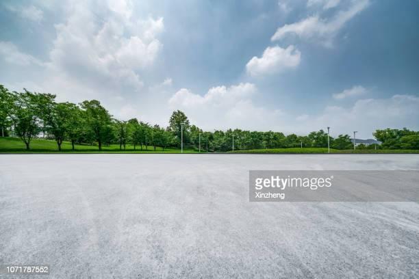 empty parking lot - 並木 ストックフォトと画像
