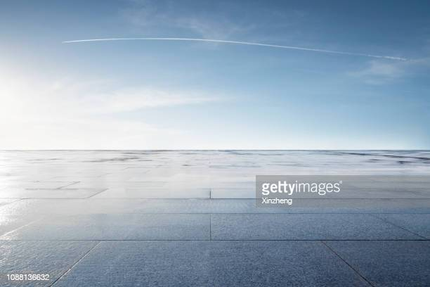 empty parking lot - quadratisch komposition stock-fotos und bilder