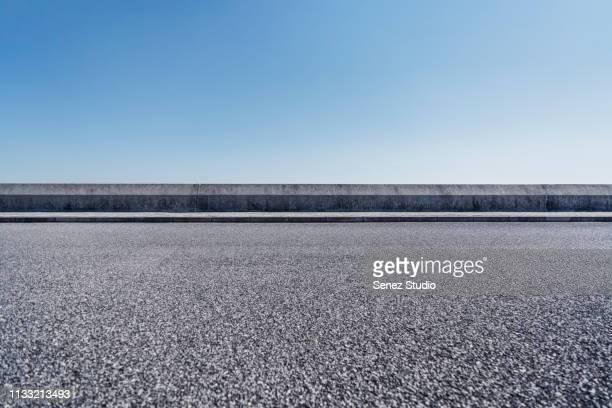 empty parking lot - leitplanke stock-fotos und bilder