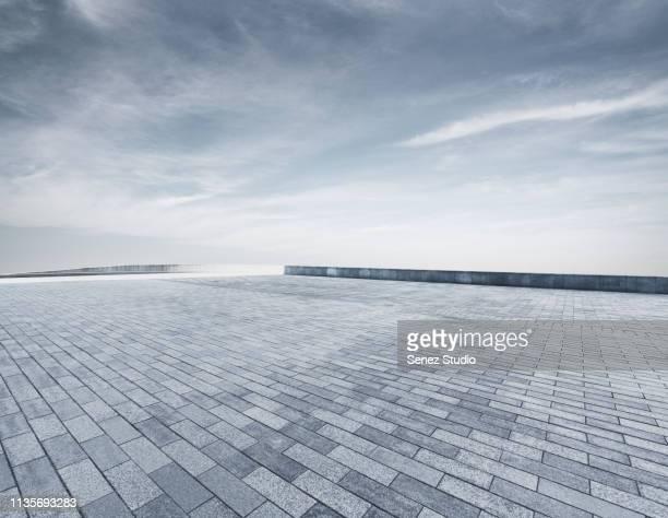 empty parking lot - piazza foto e immagini stock