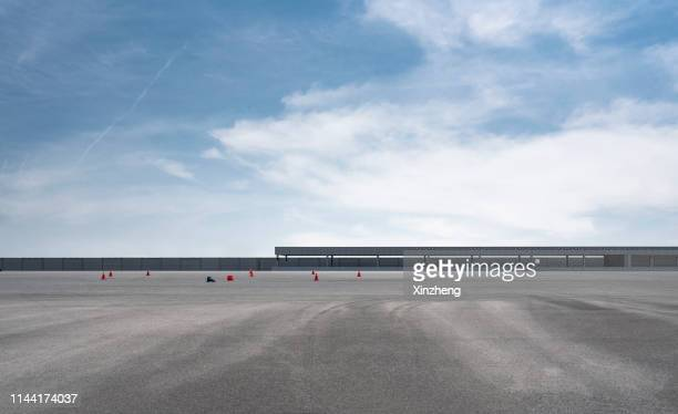 empty parking lot - サーキット ストックフォトと画像