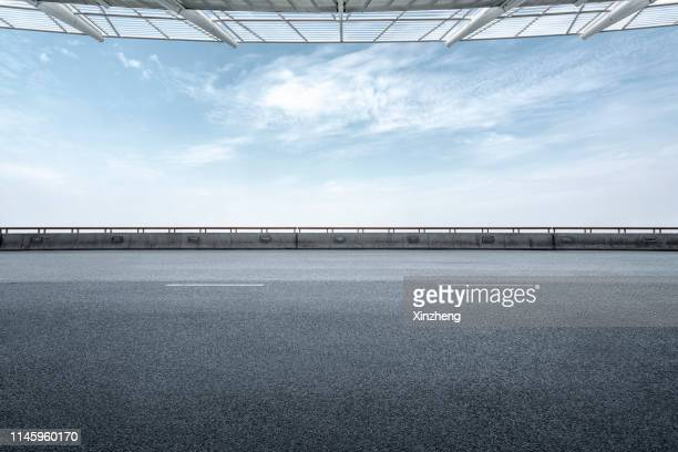 empty parking lot - 建築上の特徴 アーチ ストックフォトと画像