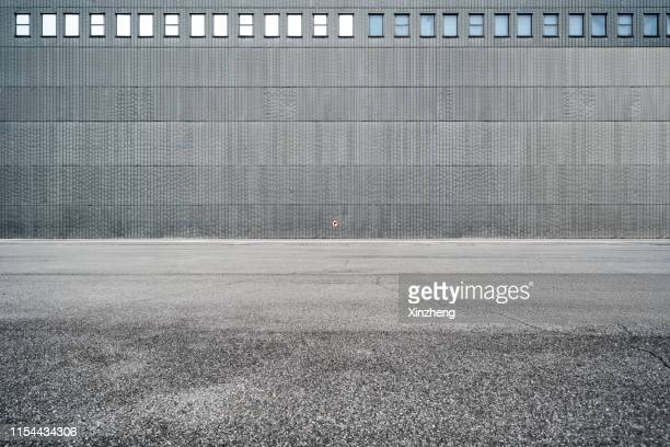 empty parking lot - 人気のない道路 ストックフォトと画像