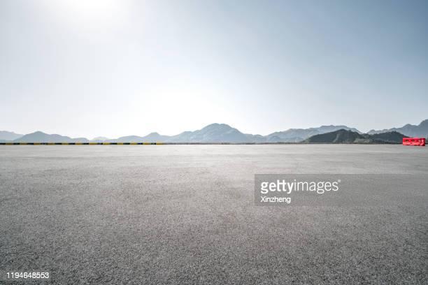 empty parking lot - ausencia fotografías e imágenes de stock