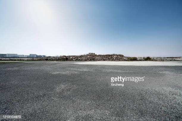 empty parking lot - 砂利 ストックフォトと画像