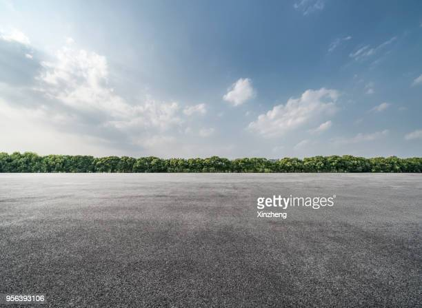 empty parking lot - horizon stockfoto's en -beelden