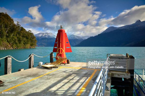 empty peulla passengers pier, the lake and patagonian andes in winter - azul turquesa stockfoto's en -beelden