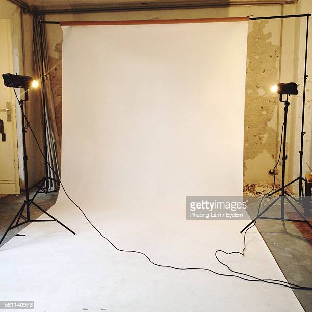 empty photographic studio ready for shoot - fotosession stock-fotos und bilder