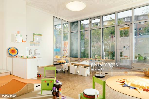 empty play and learning room in kindergarten - kindergarten stock-fotos und bilder