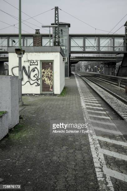 empty railroad station platform - albrecht schlotter stock photos and pictures