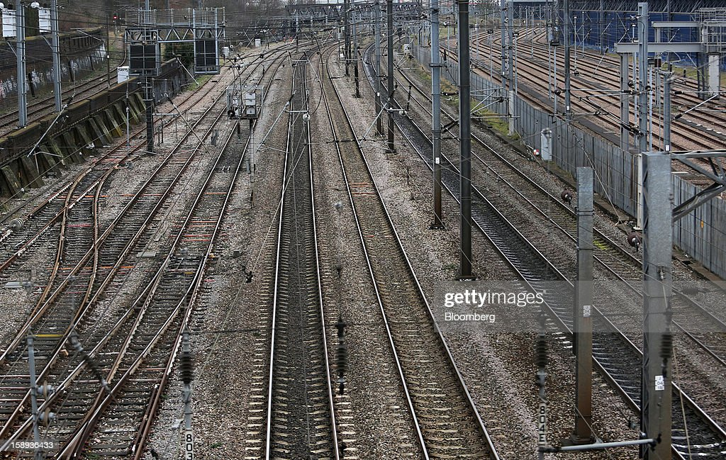 Empty railtracks are seen on the approach to Paddington railway station in London, U.K., on Thursday, Jan. 3 2013. Rail commuters have been hit by inflation busting fare increases of up to 10 per cent, adding hundreds of pounds to the cost of annual season tickets. Photographer: Chris Ratcliffe/ Bloomberg
