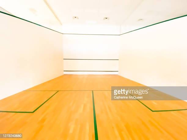 empty regulation size squash athletic court - sporting term photos et images de collection