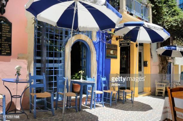 Leere restaurant-Terrasse auf der griechischen Insel Kos