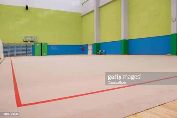 salle de gym gymnastique rythmique vide - gymnastique au sol photos et images de collection