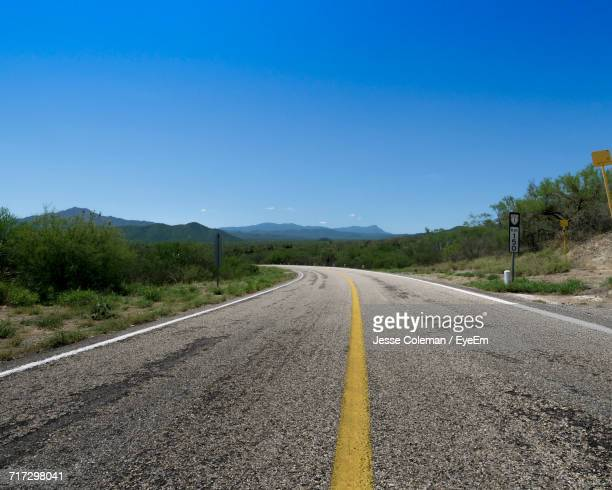 empty road along countryside landscape - jesse coleman stock pictures, royalty-free photos & images