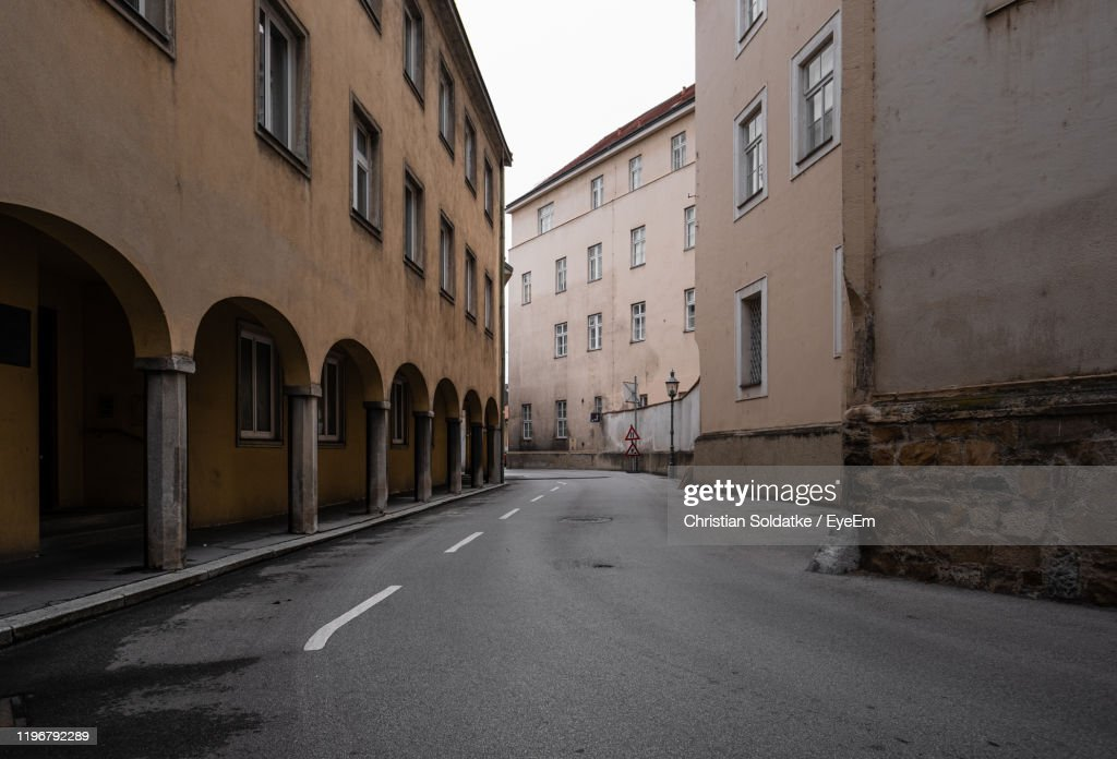 Empty Road Amidst Buildings In City : Stock-Foto