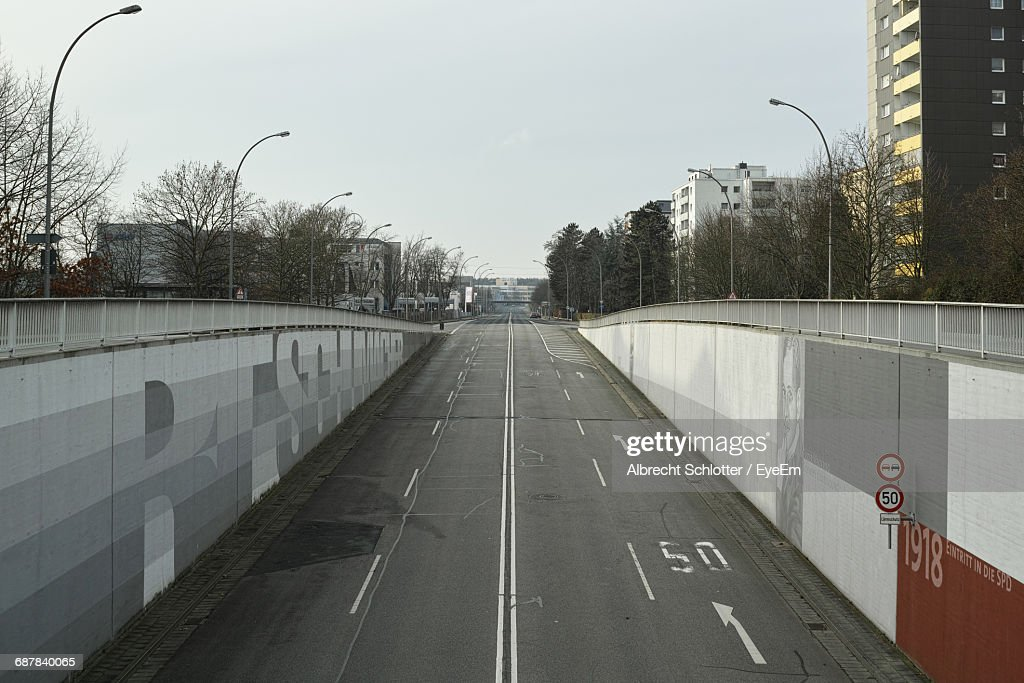 Empty Road Amidst Wall Against Clear Sky : Stock-Foto
