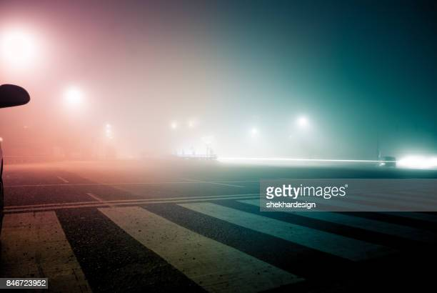 empty road at night - nebel stock-fotos und bilder