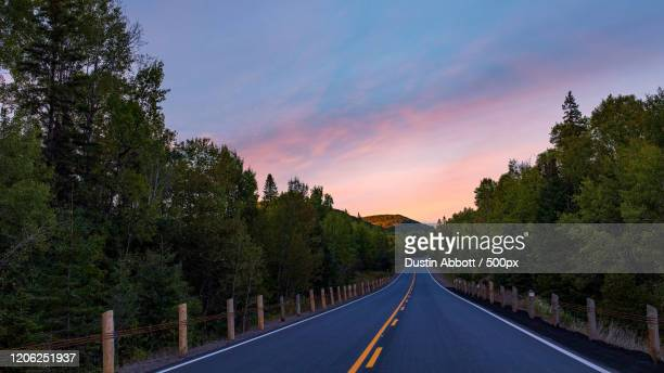empty road at sunset - dustin abbott imagens e fotografias de stock