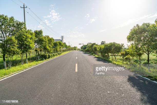 empty road in country - nanjing road stockfoto's en -beelden