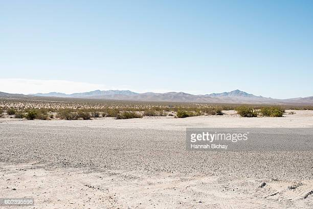 empty road in the nevada dessert - nevada photos et images de collection